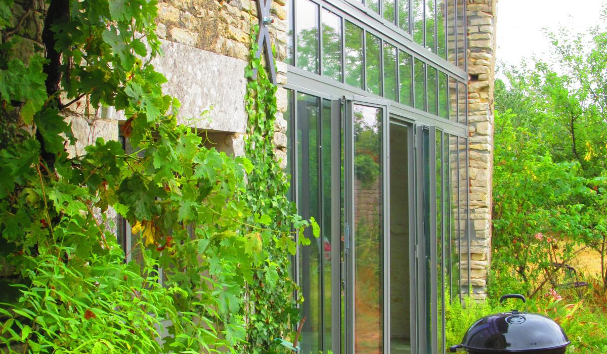 ARCAIS-verrière latérale et jardin.JPG