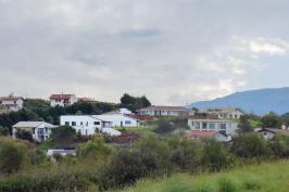 Trois villas indépendantes avec garages, terrasses et jardin et atelier de peintre de 25m².