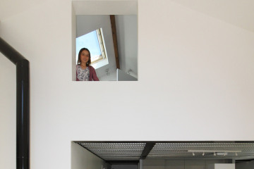 FLOU-Eva à la fenêtre.jpg